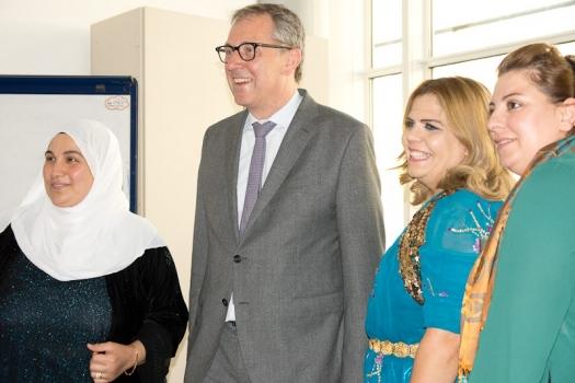 Das Bild zeigt den Mannheimer OB Dr. Peter Kurz zusammen mit drei Frauen, die sich das Projekt MiMi-Delta einsetzen.