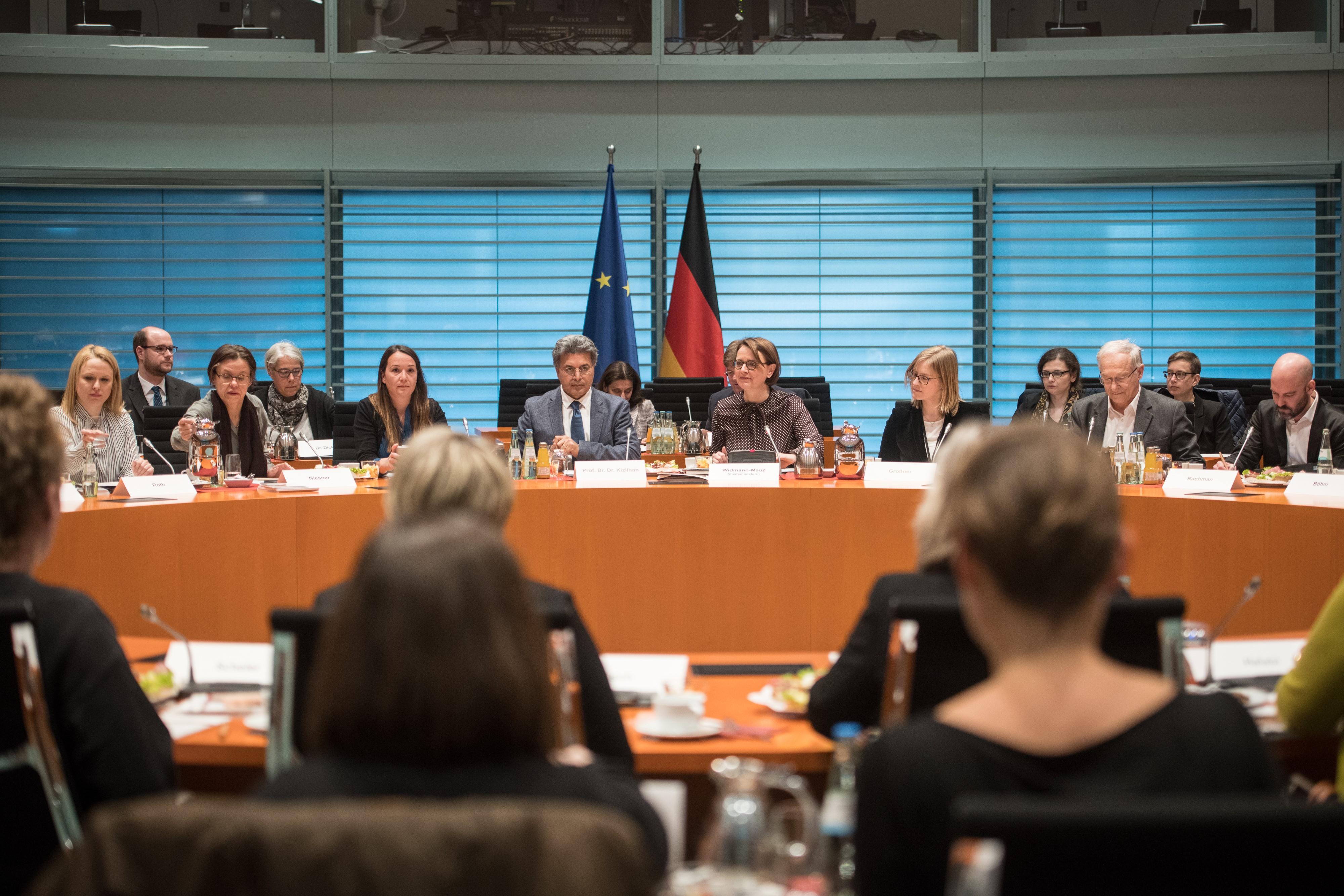 Das Bild zeigt das Plenum des Fachgespräches zur Gewaltprävention am 27. Februar 2019 im Bundeskanzleramt Berlin, in der Mitte sprechen Staatsministerin Widmann-Mauz und Professor Kizilhan vom Projekt MiMi-Gewaltprävention.