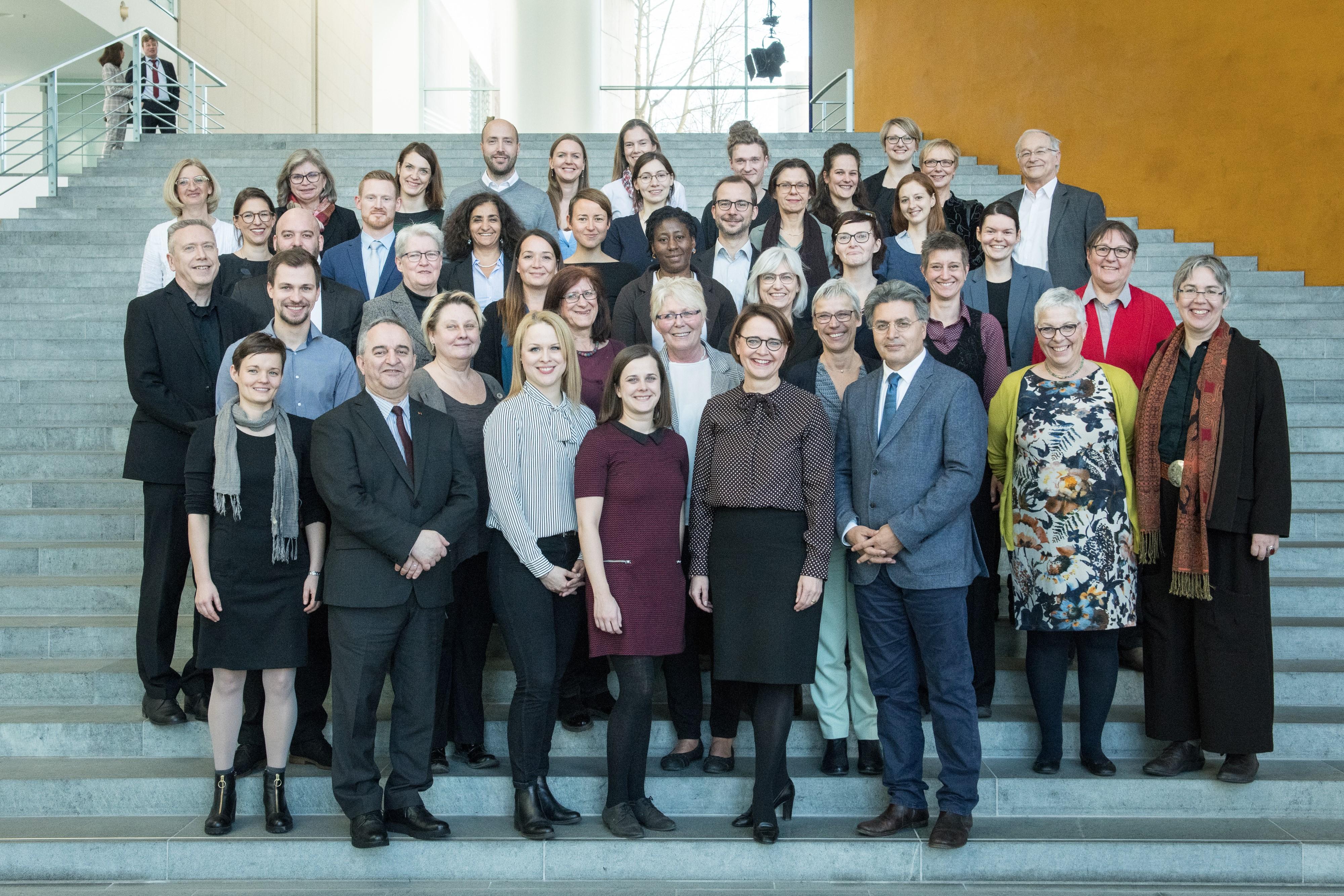 Das Bild zeigt die Teilnehmerinnen und Teilnehmer des Fachgesprächs zur Gewaltprävention am 27. Februar 2019 im Bundeskanzleramt Berlin.